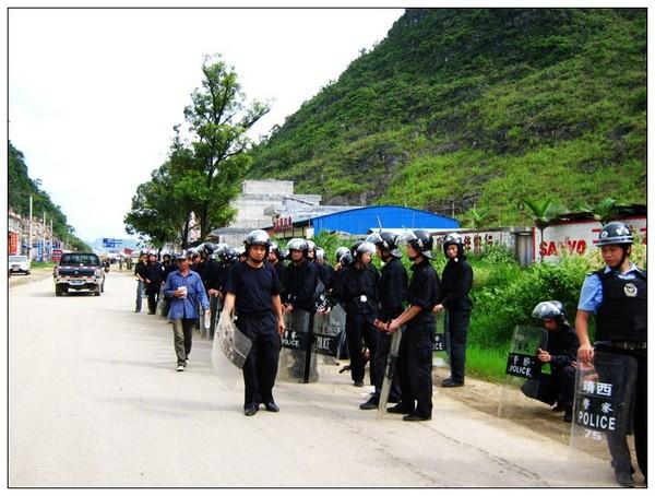 Фото с места событий. Подавление протеста крестьян против загрязнения окружающей среды. Гуанси. Июль 2010 год. Фото с epochtimes.com