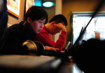 Согласно данным годового отчета 2007 года, борьба китайских пользователей за свободный доступ онлайн, по мере усиления контроля Интернета коммунистическим режимом, с каждым днем становится все более отчаянной. Фото: Д.Фредерик. BROWN / AFP / Getty Images.