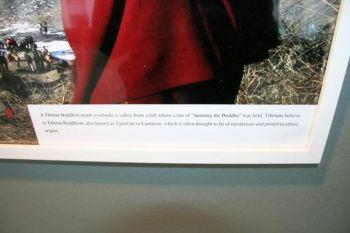 Подпись к фотографии выражает отношение компартии Китая к тибетскому буддизму: «часто считается таинственного и примитивного этнического происхождения». (Снимок предоставлен ООН)