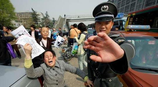 Китайская полиция запрещает СМИ фотографировать открытое обращение апеллянтов. Фото с epochtimes.com