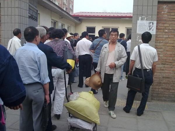 Длинные очереди, которые приходится выстоять апеллянтам, чтобы попасть в офис обращения граждан в Пекине. Фото с epochtimes.com