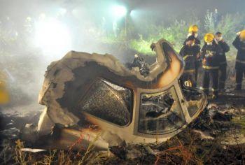 Китайские пожарные нашли обломки кабины самолета ERJ-190 Авиалинии Хэнань на месте его крушения на северо-востоке города Ичунь, провинции Хэйлунцзян, раннее утро, 25 августа 2010 г. Большое количество китайских пилотов подделывает квалификационные свидетельства, чтобы получить лучшую работу. (STR / AFP / Getty Images)