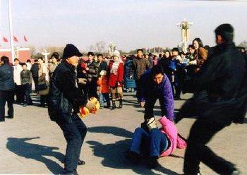 Полицейские агенты на улице в Китае арестовывают последовательницу Фалуньгун. Фото: minghui.org