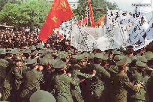 4 мая 1989 г. Полиция пытается сдержать демонстрантов и не пустить их на площадь Тяньаньмэнь. Фото с 64memo.com