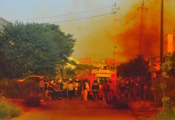 Вся, прилегающая к очагу утечки кислоты улица, была покрыта жёлтым ядовитым дымом. Провинция Чжецзян. Сентябрь 2010 год. Фото с epochtimes.com
