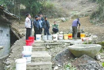 Возле старого колодца местные жители стоят в очереди, нужно ждать больше часа, чтобы набрать ведро мутной воды. Фото: epochtimes.com