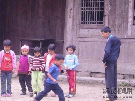 Между уроками дети выходят на улицу поиграть. Фото с secretchina.com