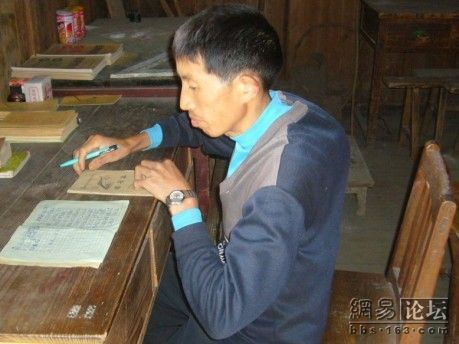 Единственный бессменный преподаватель школы. Фото с secretchina.com