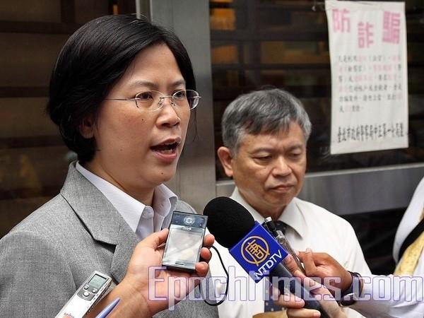Адвокат отвечает на вопросы журналистов по поводу обвинения губернатора провинции Гуандун в геноциде. Тайвань. 16 августа 2010 год. Фото: The Epoch Times