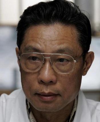 Доктор Чжун Наньшань, в своем офисе Института респираторных заболеваний, 10 июня 2005 года в Гуанчжоу, провинции Гуандун в южном Китае. В 2003, Чжун приоткрыл «дымовую завесу» эпидемии атипичной пневмонии и в ноябре выразил недоверие о сообщениях китайских властей относительно смертельных случаев от H1N1.Фото: GOH CHAI HIN/AFP/Getty Images
