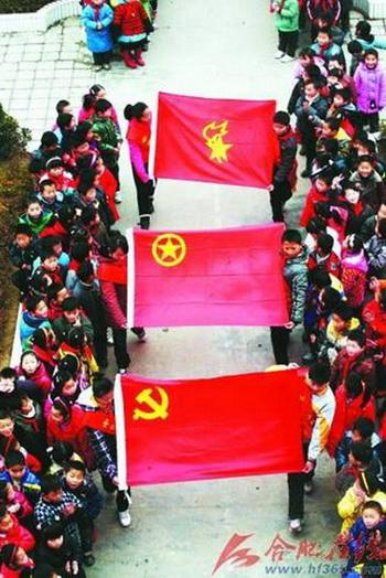 По новому приказу все школы должны торжественно проводить церемонию поднятия флага компартии, комсомольской и пионерской организаций, и все ученики обязаны отдавать честь флагу компартии Китая. Фото: hf.wenming.cn