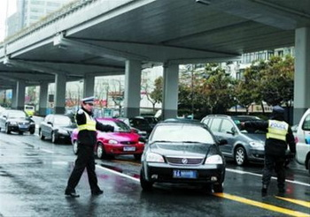 Китайские инспекторы проверяют автомобили. Фото: 1eew.com)