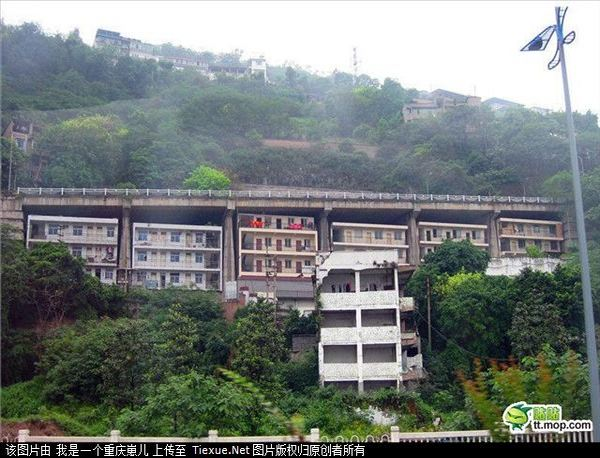 «Если будет землетрясение, то не миновать нам большой беды»- говорят жители этих домов. Фото: kanzhongguo.com