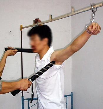 Китай. электрошок - обычный метод борьбы с свободомыслием тюрьмах и лагерях. Фото с minghui.com