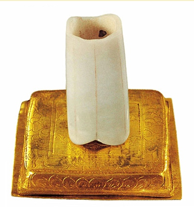 «Палец Будды», священный фрагмент останков Будды Шакьямуни. Фото с baike.baidu.com Полуразрушенная пагода храма Фамэнь до восстановления. Фото с oyly.net