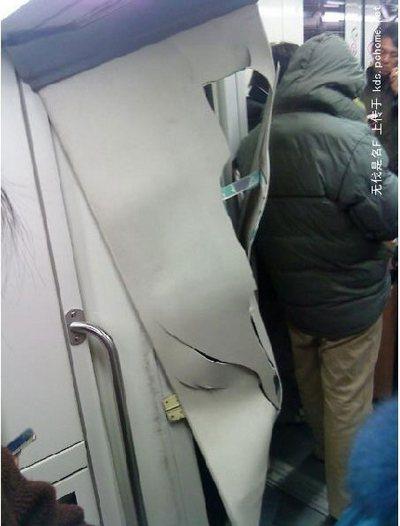 Два столкнувшихся в метро поезда, получили значительные повреждения. Шанхай. 22 декабря 2009 год. Фото с epochtimes.com