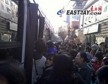 Из-за прекращения движения поездов метро на ветке № 1 десятки тысяч человек спешат пересесть в наземный транспорт, чтоб не опоздать на работу. Шанхай. 22 декабря 2009 год. Фото с epochtimes.com