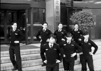 Женщины-полицейские в Пекине танцевали южнокорейский танец «Nobody» («Никто»).