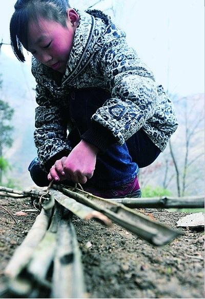 Пройдя половину пути, они аккуратно тушат факелы, чтобы не было пожара. Фото: kanzhongguo.com