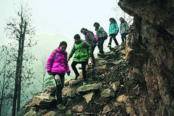 Дорога в школу проходит через горы. Фото: kanzhongguo.com