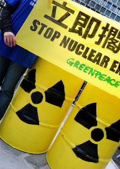 Гринпис во время заседания Исполнительного совета развернули плакаты возле правительственного здания, настоятельно призывая правительство об отмене наращивания мощности атомной энергии к 2020 году.  Фото: Ричард А. Брукс. AFP / Getty Images