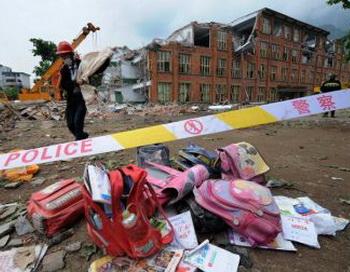 Детские рюкзаки,  выкопанные из-под обломков землетрясения. Фото: Getty Images