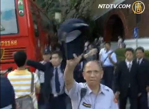 На всем пути следования партийного чиновника Хуана Хуахуа в Тайване его встречали плакаты последователей Фалуньгун, с призывами прекратить репрессии их единомышленников в Китае. Фото: NTDTV