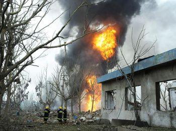 Foto: Пожарные на месте взрыва, произошедшего на заводе пластмасс в Нанкине, провинции Цзянсу (Восточный Китай), 28 июля 2010 г. Чиновники скрывают фактическое число работников завода, погибших в результате взрыва на трубопроводе. Фото: AFP / Getty Images