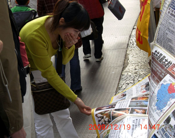 Последователи Фалуньгун Макао (Аомэнь) рассказывают людям о фактах репрессий своих единомышленников коммунистическим режимом КНР. 19-20 декабря 2009 год. Фото c epochtimes.com