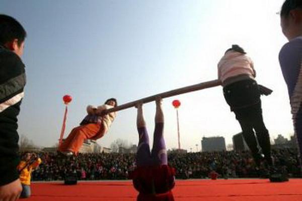 Балансирование бруска, чтобы поддержать двух женщин. Фото:AFP/Getty Images.