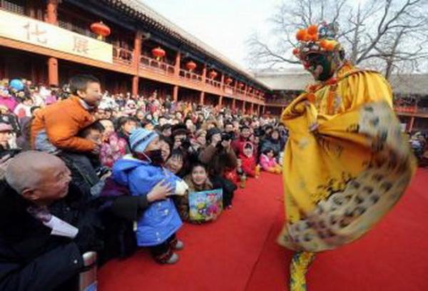 Традиционный китайский буффон (клоун) развлекает детей и взрослых. Фото:AFP/Getty Images.