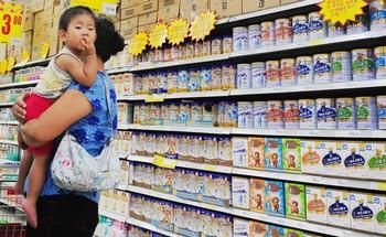 Молочный скандал в Китае всё ещё продолжается. Фото: AFP