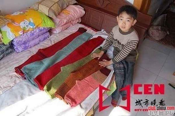 Больная раком костей заботливая мама этого мальчика перед смертью сшила ему несколько пар штанов на вырост до 25 лет. Фото с aboluowang.com