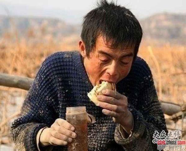 Это крестьянин. Он не разбирается в политике, он также ничего не понимает в экономике. Он только хочет, чтобы получилось заработать в день больше на 10 юаней, тогда он может купить пожилой матери лекарства и прокормить сына. Он боится умереть и отчаянно борется за свою жизнь потому, что самое дорогое, что у него есть – его семья, без него не выживет.  Таких как он в Китае более 700 млн. У них нет пенсий, страховок на лечение и какой либо другой поддержки со стороны государства. Фото с aboluowang.com