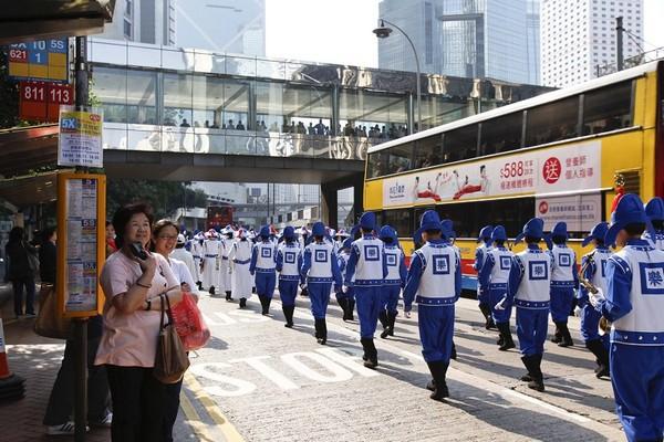 Шествие и митинг в Гонконге по случаю одиннадцатой годовщины со дня крупной апелляции последователей Фалуньгун к китайскому правительству. 24 апреля 2010 год. Фото: Ли Мин/The Epoch Times