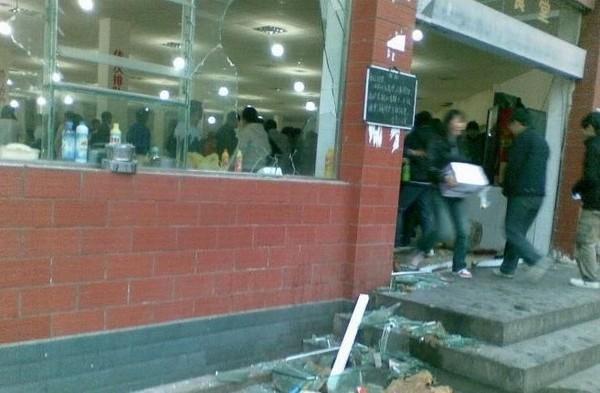 Недовольные увеличением цен на питание школьники разгромили столовую. Провинция Гуйчжоу. Ноябрь 2010 год. Фото с epochtimes.com