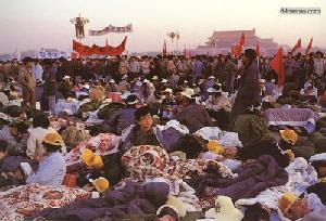 0 мая 1989 г. Велосипедный пробег достиг площади Тяньаньмэнь. На головах у студентов повязки с надписью «Верните мне мои права человека, я хочу жить». Фото с 64memo.com