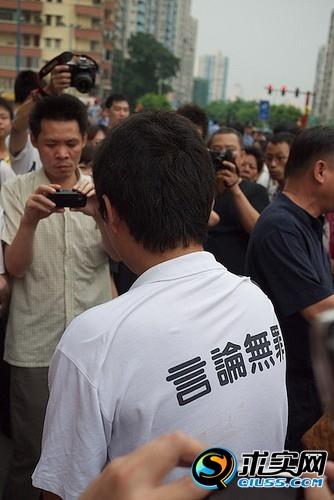 Около 10 тысяч человек приняли участие в акции в защиту своего языка в городе Гуанчжоу. 25 июля 2010 год. Фото с epochtimes.com