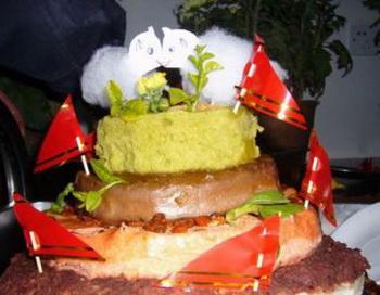 Двухъярусный торт Ян, как правило, печется в форме пагоды с двумя маленькими ягнятами наверху. Небольшие красные флажки из бумаги, символизируют чжую (китайская трава). Фото с epochtimes. com