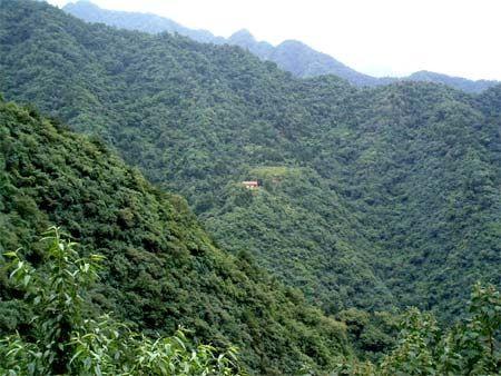 Одинокий домик вдали, это жилище отшельников. Горы Чжуннаньшань. Фото с kanzhongguo.com