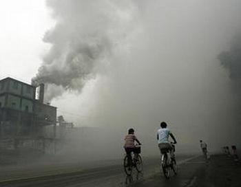 Профессиональный риск: велосипедисты едут сквозь туман загрязненного воздуха, произведенного заводом в Юйтяне, в 62-х километрах восточней Пекина, в провинции Хэбэй. В прилегающем районе большая смертность от заболеваний раком, а жители деревень, ищущие правды преследуются. Фото: Peter Parks/AFP/Getty Images
