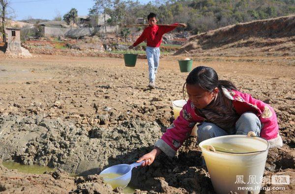Из-за засухи дети пьют грязную воду, которую можно найти с большим трудом. Провинция Юньнань. Фото с epochtimes.com