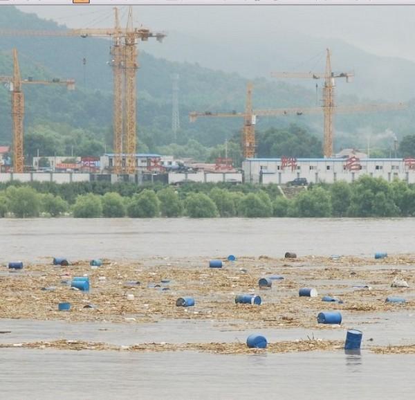 По реке Сунгари плывут бочки с ядохимикатами. Фото с epochtimes.com