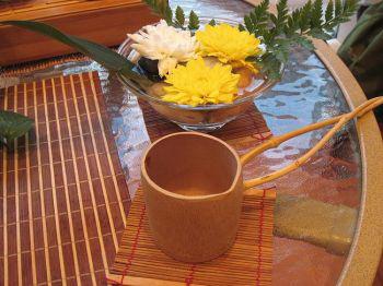 Деревянная чашка ручной работы с необычно длинной ручкой используется как украшение в этом чайном сервизе. ( Фото предоставлено Ханмин, Кунфу Чай, Флашинг, Нью-Йорк).