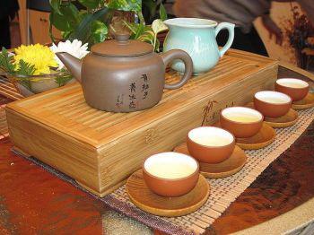 Красиво расставленный чайный сервиз способствует торжественной атмосфере чайной церемонии. (Фото предоставлено Ханмин, Кунфу Чай, Флашинг, Нью-Йорк).