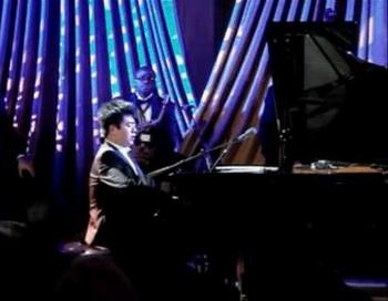 Китайский пианист Лан Лан играет на фортепиано в Белом доме в пятницу, 21 января. Исполняемое им произведение является песней из антиамериканского пропагандистского фильма о Корейской войне.