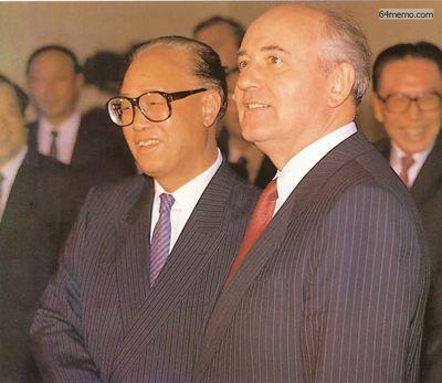 16 мая 1989 г. В Пекине произошла встреча лидеров двух коммунистических держав Чжао Цзыяна и М.С. Горбачёва. Это был последний раз, когда Чжао показали по телевидению. Его политическая сила в стране была не твёрдой, он лишился своего поста из-за того, что посочувствовал студентам и был против того, чтобы армия подавила их. Фото с 64memo.com