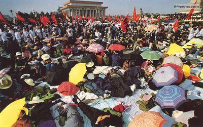 16 мая 1989 г. Четвёртый день голодовки студентов в Пекине на площади Тяньаньмэнь. Фото с 64memo.com