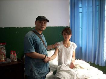 Блоггер Туфу пришел в госпиталь вместе с родителями Дэн, чтобы навестить ее.