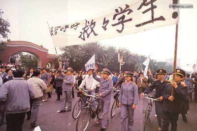 18 мая 1989 г. Сотрудники и учащиеся полицейской академии также вышли на улицу, чтобы выразить поддержку движению студентов. Фото с 64memo.com